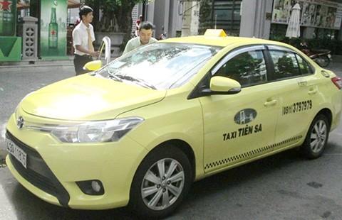 Taxi mâu thuẫn, dân nhậu tự lo đường về - ảnh 1