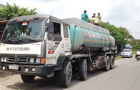 Tịch thu xe bồn gian lận hàng ngàn lít xăng dầu - ảnh 1