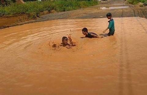 Làm đường để cho trẻ… tập bơi - ảnh 1