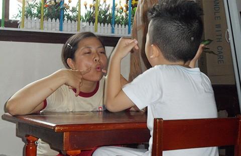 Cô Hằng dạy trẻ tự kỷ - ảnh 1
