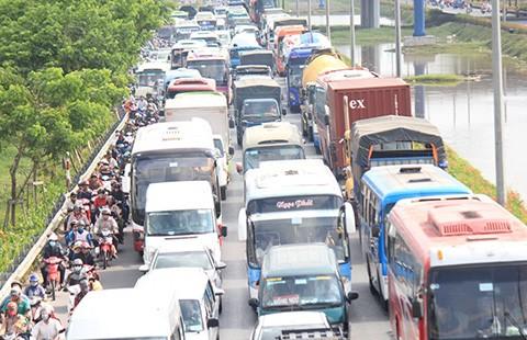 Cấm xe tải trên quốc lộ 1:Thanh tra giao thông nói gì? - ảnh 1