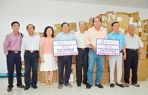 Tặng dụng cụ vật tư y tế cho Vĩnh Long, Đồng Tháp  - ảnh 2
