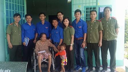Khám bệnh và tặng quà các bà mẹ Việt Nam anh hùng - ảnh 1