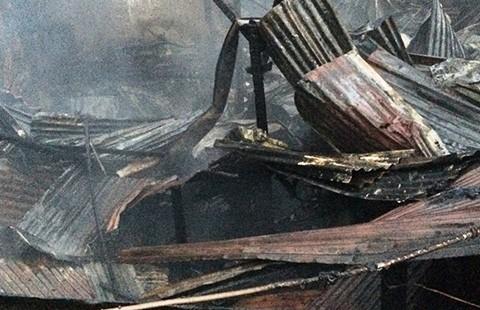 Tám căn nhà giữa Sài Gòn bị thiêu rụi - ảnh 2