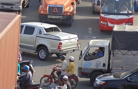 Cấm xe tải trên QL 1, ùn ứ cục bộ - ảnh 1