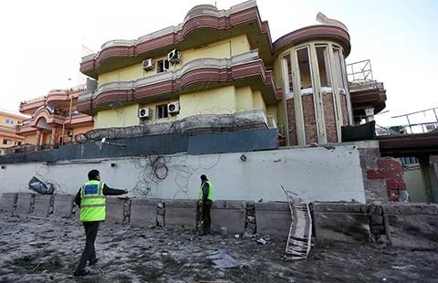 Taliban táo tợn đánh khu ngoại giao đoàn ở Kabul - ảnh 1