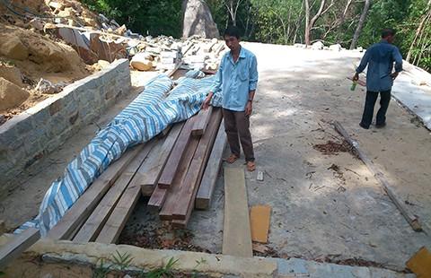 Đốn cây, chẻ đá phá khu di tích núi Chứa Chan - ảnh 1