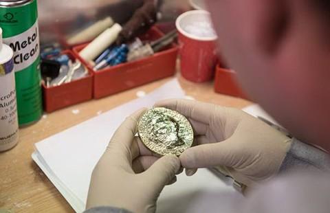 Huy chương vàng Nobel 2015 có gì đặc biệt? - ảnh 1