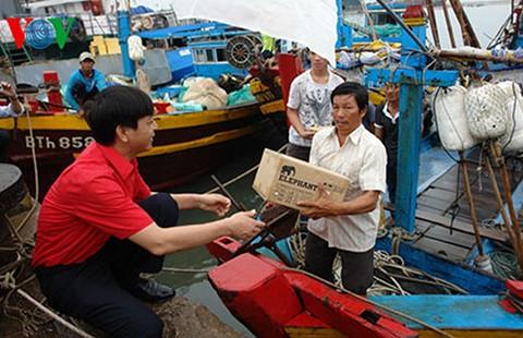Tặng thiết bị thông tin cho ngư dân 24 tỉnh, thành ven biển - ảnh 1