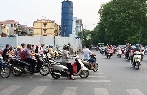 Tranh cãi buộc xe máy bật đèn ban ngày - ảnh 1