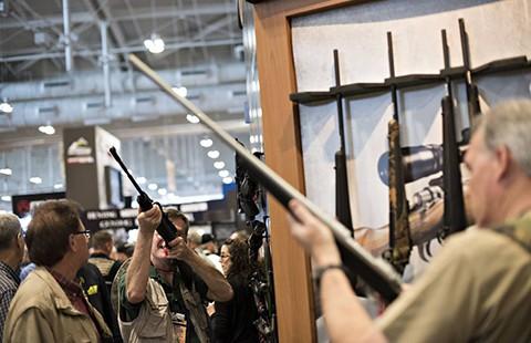 Tổng thống Obama thách thức nhóm 'lái súng' - ảnh 2