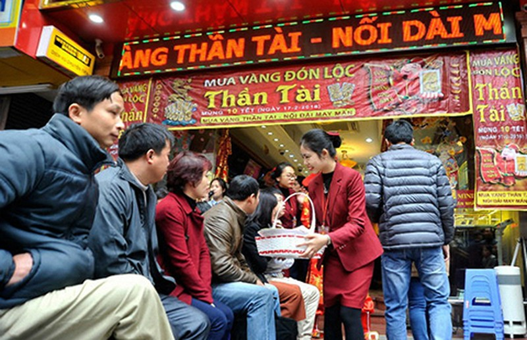 Người dân chen chúc mua vàng cầu sung túc - ảnh 2