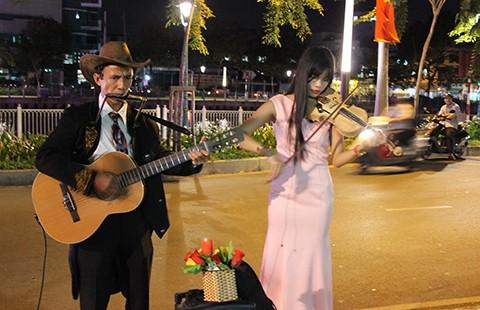 Anh công nhân làm nghệ sĩ đường phố Sài Gòn - ảnh 1