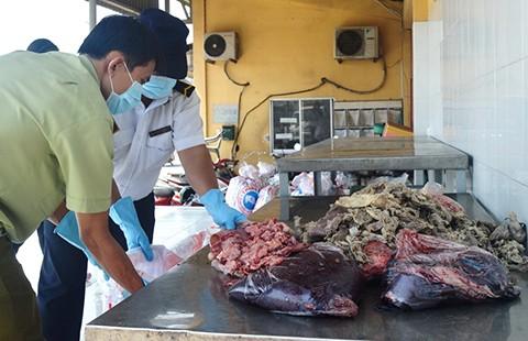 Bắt giữ kịp thời phụ phẩm bò thối được tuồn vào TP.HCM - ảnh 1