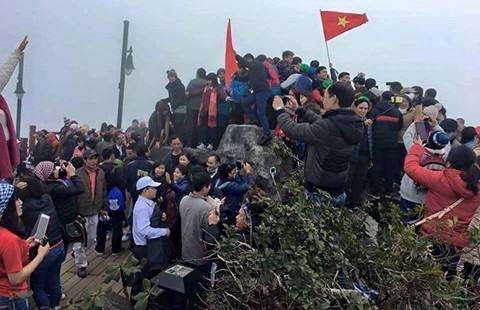 Ngồi cáp lên Fanxipan chỉ để chụp hình khoe facebook? - ảnh 1