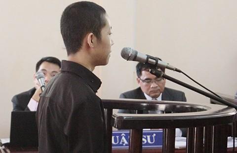 Vụ HS 15 tuổi tạt acid trưởng CA xã: Bị cáo được giảm hai năm tù - ảnh 1