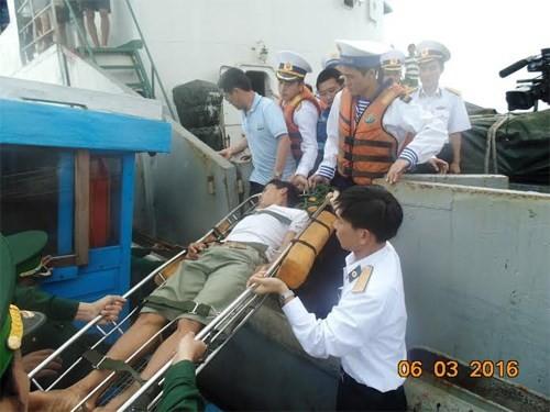 Tàu hải quân cứu ngư dân bị nạn ở Hoàng Sa - ảnh 1