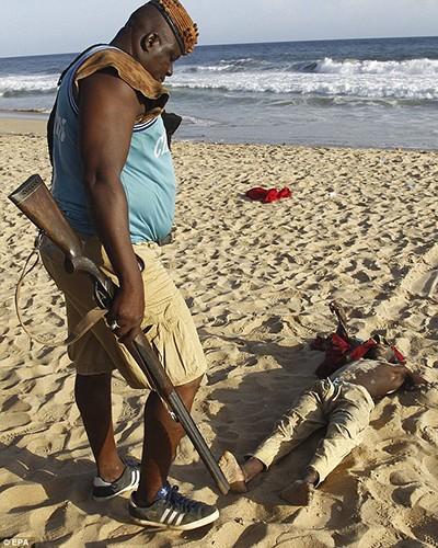 Al Qaeda tàn sát trên bãi biển Bờ Biển Ngà - ảnh 1