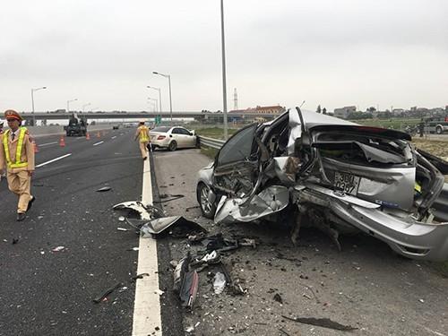 Dừng trên cao tốc, ô tô Ford bị xe Mercedes tông nát - ảnh 1