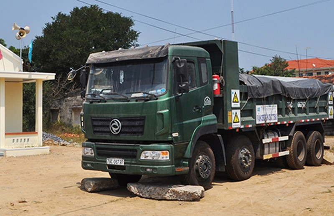 Dân 'giam' xe chở rác vì lo sợ ô nhiễm - ảnh 1