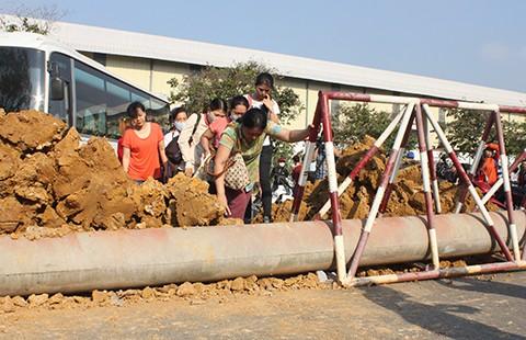 Cúp nước, đổ đất bịt cổng đòi nợ DN ngoại - ảnh 1