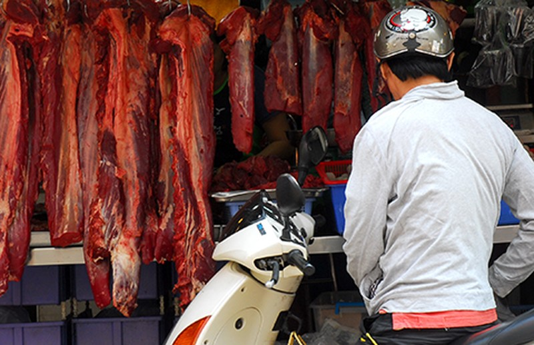 Vừa mua thịt vừa nơm nớp sợ chết! - ảnh 1
