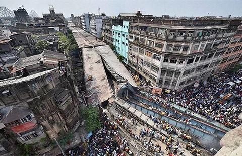 Cầu vượt ở Ấn Độ sập do xây dựng ẩu  - ảnh 1