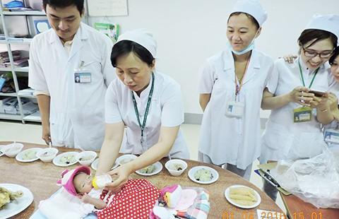 Bệnh viện tìm cha mẹ bé gái bị bỏ rơi - ảnh 1