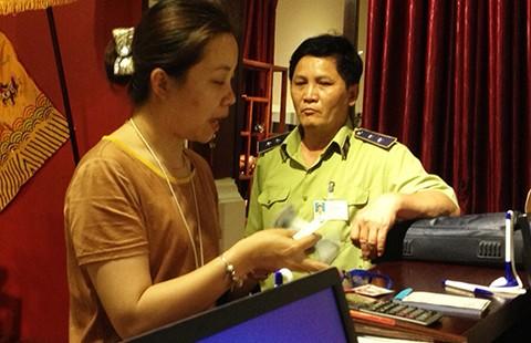 Bắt quả tang cửa hàng giao dịch bằng tiền Trung Quốc - ảnh 1