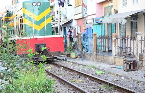 Hành lang đường sắt treo. cả ngàn nhà dân