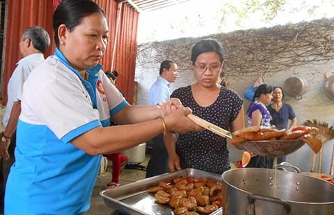 Cả phường tụm lại nấu cơm  cho người nghèo - ảnh 1