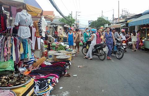 Phạt người mua để dẹp chợ tự phát? - ảnh 1