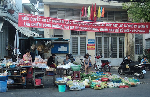 Dẹp chợ tự phát, dân bớt ngộ độc thực phẩm? - ảnh 1
