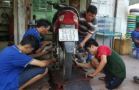 Tiệm sửa xe kỳ lạ giữa Sài Gòn - ảnh 1