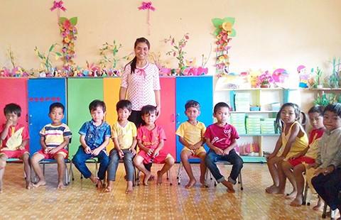 Cô giáo trích lương vận động trẻ đến lớp  - ảnh 1