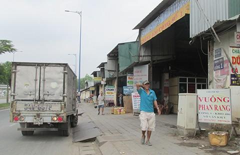 'Cò' dắt xe tải 'vô tư' chạy trong giờ cấm - ảnh 1