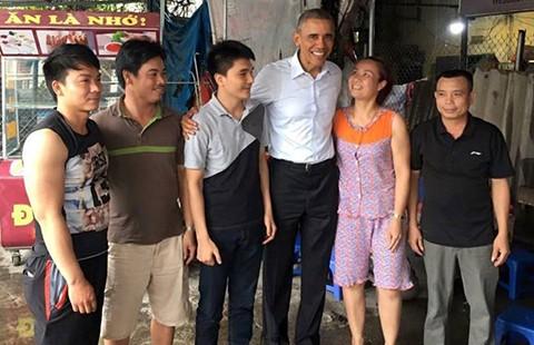 Tổng thống Obama ghé quán trà đá trên đường ra sân bay - ảnh 1