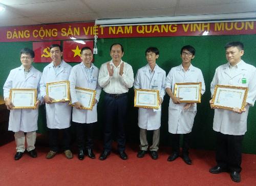 Khen thưởng sáu y, bác sĩ chữa bệnh với kỹ thuật chuyên sâu - ảnh 1