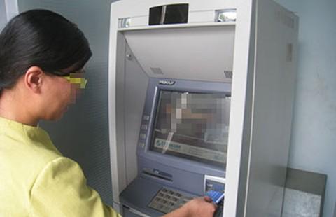 Bị lấy cả chục triệu đồng vì kẹt thẻ ATM  - ảnh 1