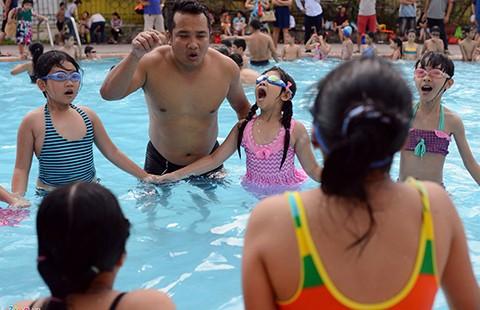 Mang xe đưa đón, dạy bơi miễn phí cho trẻ - ảnh 2