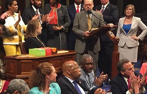 Mỹ: Nghị sĩ đảng Dân chủ biểu tình ngồi lì đòi sửa luật sử dụng súng - ảnh 1