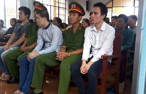 Ba bị cáo Ca, Nhựt, Khang (từ trái qua) tại phiên tòa ngày 23-6. Ảnh: PL