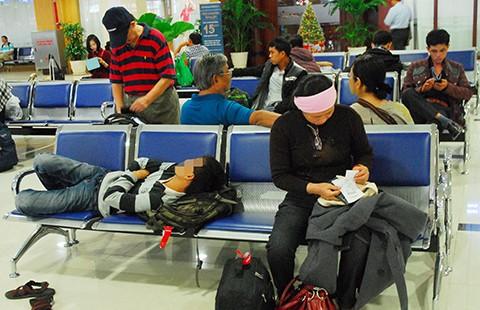 Nhiều khách đi máy bay hành xử như... đi tàu chợ! - ảnh 1
