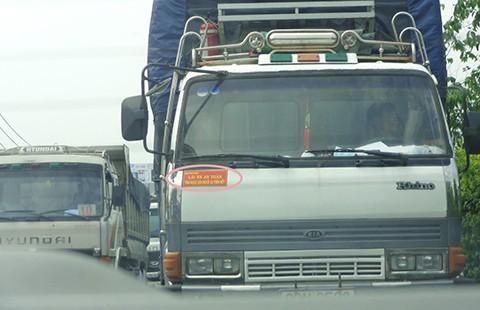 """Tranh cãi việc buộc xe khách gắn khẩu hiệu """"Tính mạng con người là trên hết"""" - ảnh 1"""