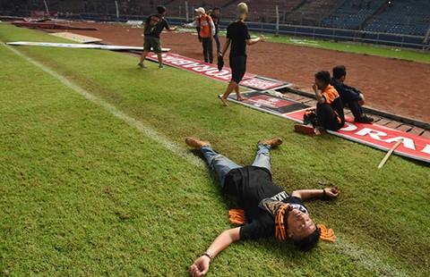 Hàng ngàn cổ động viên Indonesia tham gia bạo loạn sân cỏ - ảnh 2