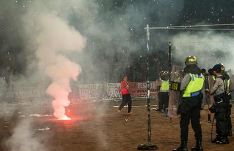 Hàng ngàn cổ động viên Indonesia tham gia bạo loạn sân cỏ - ảnh 1