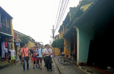 Đà Nẵng: 'Xử' hướng dẫn viên hoạt động chui và du khách gây rối - ảnh 1