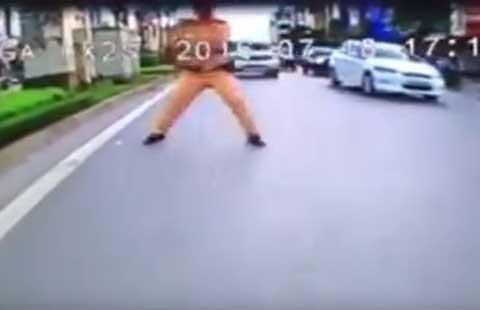 'Công an chặn người chạy xe ngược chiều là đúng' - ảnh 1