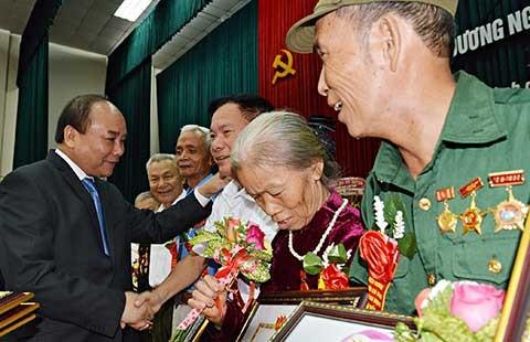 Thủ tướng Nguyễn Xuân Phúc: 'Đất nước luôn quan tâm đến người có công' - ảnh 1
