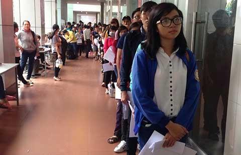 Chen chân nộp hồ sơ xét tuyển đại học  - ảnh 1